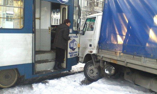 В Запорожье трамвай врезался в грузовик (ФОТО) (фото) - фото 1