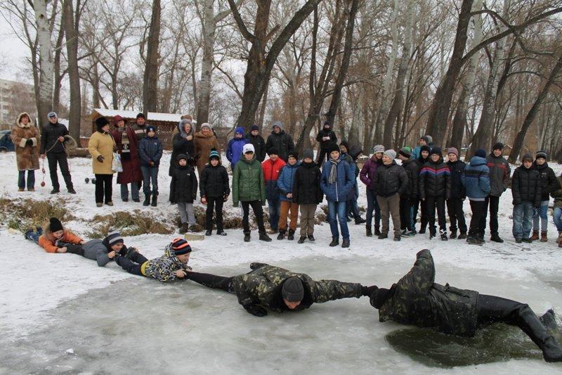 Воспитанников детских клубов в Сумах учили спасать пострадавших на льду (ФОТО) (фото) - фото 1