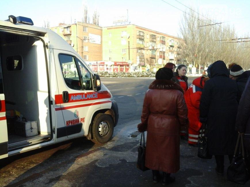 В Кривом Роге: прохожие спасли жизнь женщине, Катриченко отчитался об очистке дорог, а два вуза хотят выйти из состава КНУ (фото) - фото 1