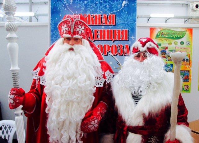 Дед Мороз из Великого Устюга (слева) и севастопольский Дед Мороз (справа)