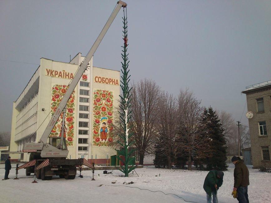 В Днепродзержинске начали устанавливать городскую новогоднюю елку, фото-2