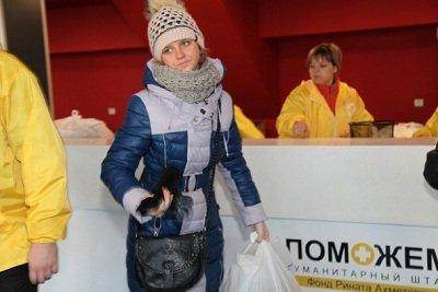 Неиссякаемым потоком: макеевчане получают помощь на ледовой арене «Дружба» (фото) - фото 2