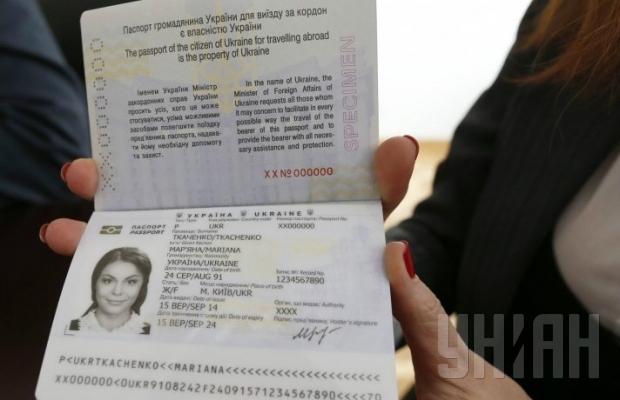 Украинцам показали первую партию биометрических паспортов (ФОТО) (фото) - фото 1