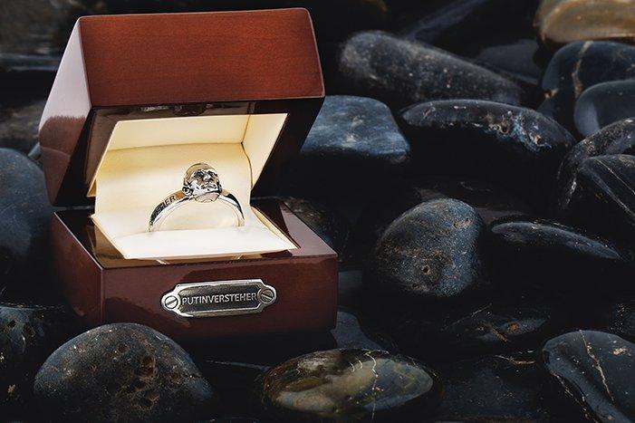В продаже появились кольца с изображением самого известного в мире петербуржца (фото) - фото 1