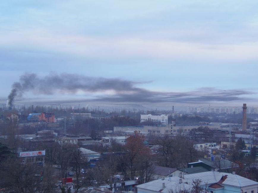 На территории завода пластмасс в Симферополе загорелся мусор. Дымом заволокло часть города (ФОТО) (фото) - фото 1