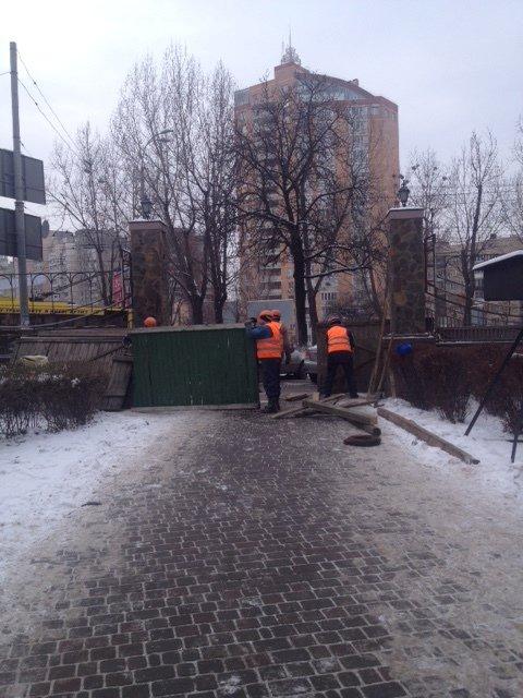 В центре столицы, несмотря на протесты горожан, собираются строить высотку и уничтожать сквер (ФОТО) (фото) - фото 1