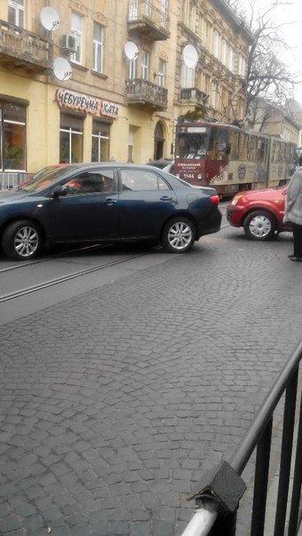 Ситуація на дорогах Львова: ДТП на вул. Личаківській (ФОТО) (фото) - фото 1
