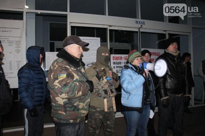 В Кривом Роге протестующие под горисполкомом начали принимать заявки на должность заммэра, а волонтеры отмечали свой праздник (фото) - фото 1