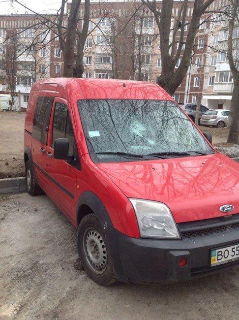 Новоспеченому тернопільському депутату розбили скло в автомобілі (фото) (фото) - фото 1