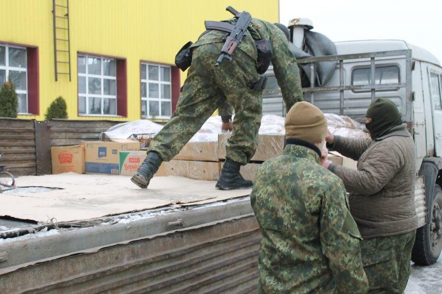Защитники Мариуполя не смогли увезти все подарки ко Дню Вооруженных Сил Украины на грузовике.  Пришлось вызывать на подмогу броневик (ФОТО), фото-1