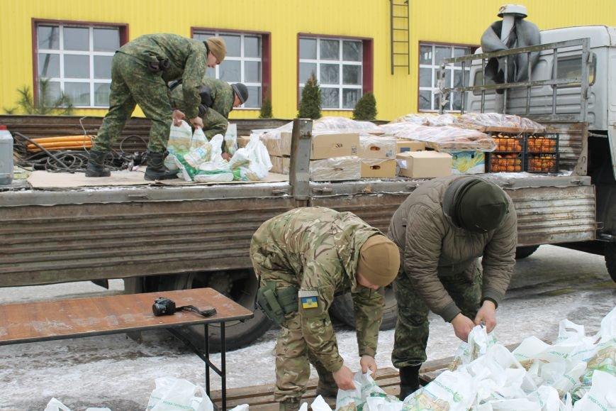 Защитники Мариуполя не смогли увезти все подарки ко Дню Вооруженных Сил Украины на грузовике.  Пришлось вызывать на подмогу броневик (ФОТО), фото-3