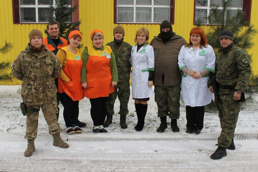 Защитники Мариуполя не смогли увезти все подарки ко Дню Вооруженных Сил Украины на грузовике.  Пришлось вызывать на подмогу броневик (ФОТО), фото-9