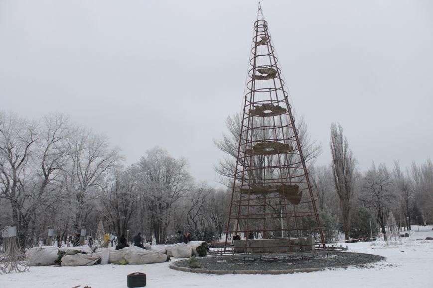 Конструкции  «ёлочного городка»  устанавливают на новом месте (ФОТО), фото-11