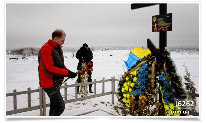 В Славянске возложили цветы к памятникам защитников Отечества (фото) - фото 4