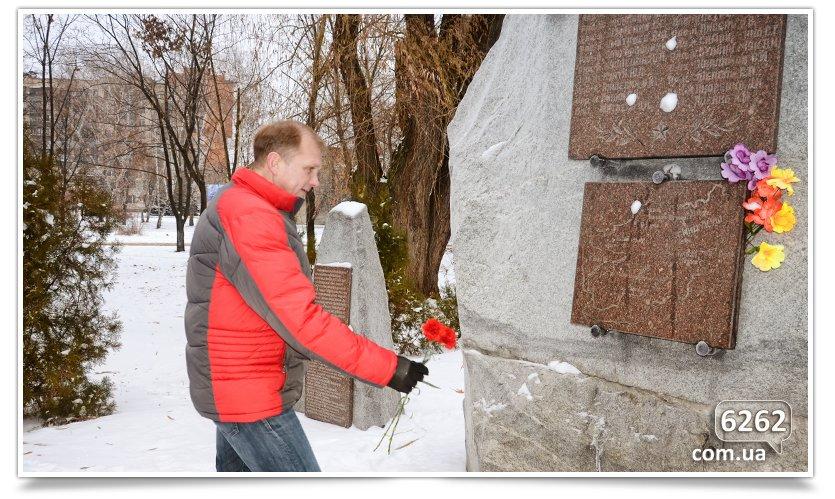 В Славянске возложили цветы к памятникам защитников Отечества (фото) - фото 3