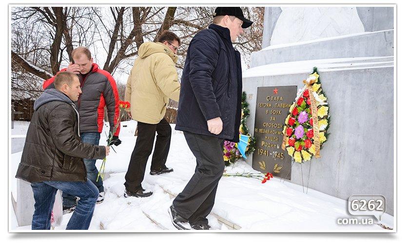 В Славянске возложили цветы к памятникам защитников Отечества (фото) - фото 2
