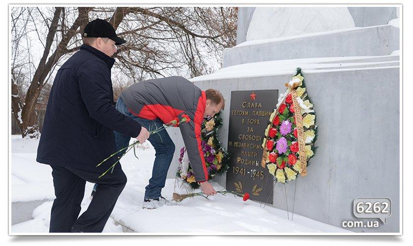 В Славянске возложили цветы к памятникам защитников Отечества (фото) - фото 1