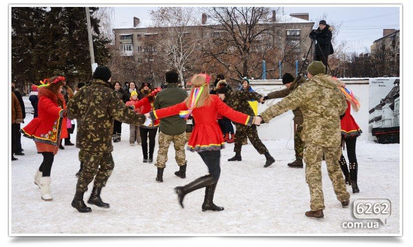 В Славянске на центральной площади устроили концерт для военных (фото) - фото 6