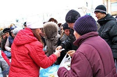 В Макеевке ярмарка: за дешевыми продуктами выстроились длинные очереди (фото) - фото 1