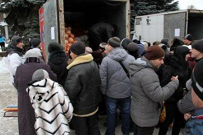 В Макеевке ярмарка: за дешевыми продуктами выстроились длинные очереди (фото) - фото 2