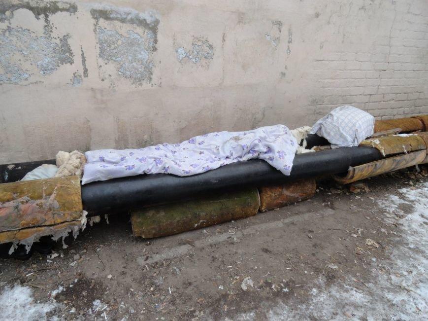 Мариупольские бездомные помогают Теплосети экономить тепло (ФОТОФАКТ) (фото) - фото 1