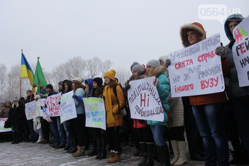 В Кривом Роге: студенты вышли на акцию протеста, и.о. городского головы поздравил коллег с праздником (фото) - фото 1