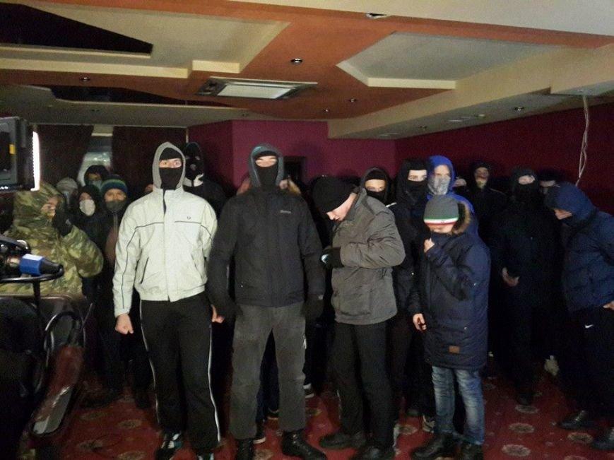В Киеве парни в балаклавах и с битами разгромили нелегальное казино (ФОТО) (фото) - фото 1