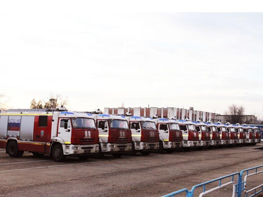 Крымские спасатели получили 12 новых пожарных машин (ФОТО) (фото) - фото 1