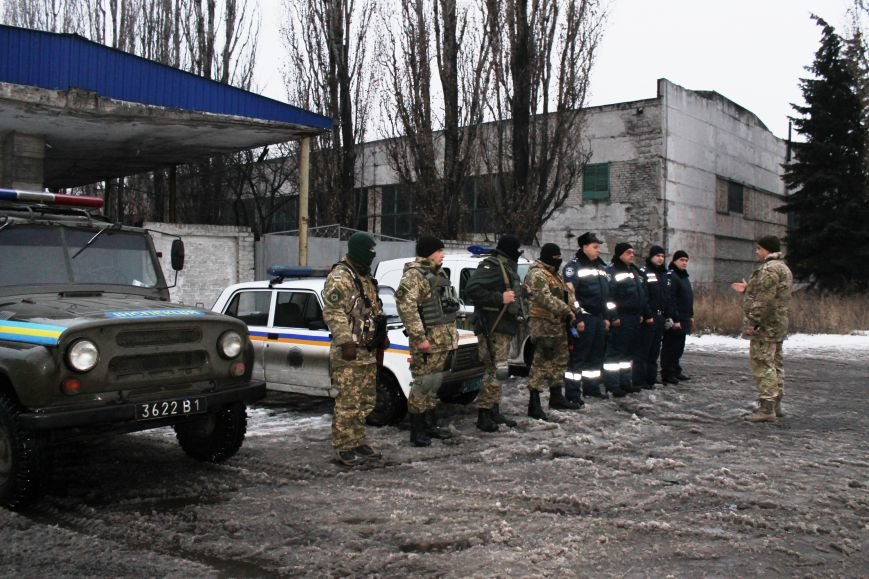 Военные совместно с милиционерами патрулируют Красноармейск (фото) - фото 5