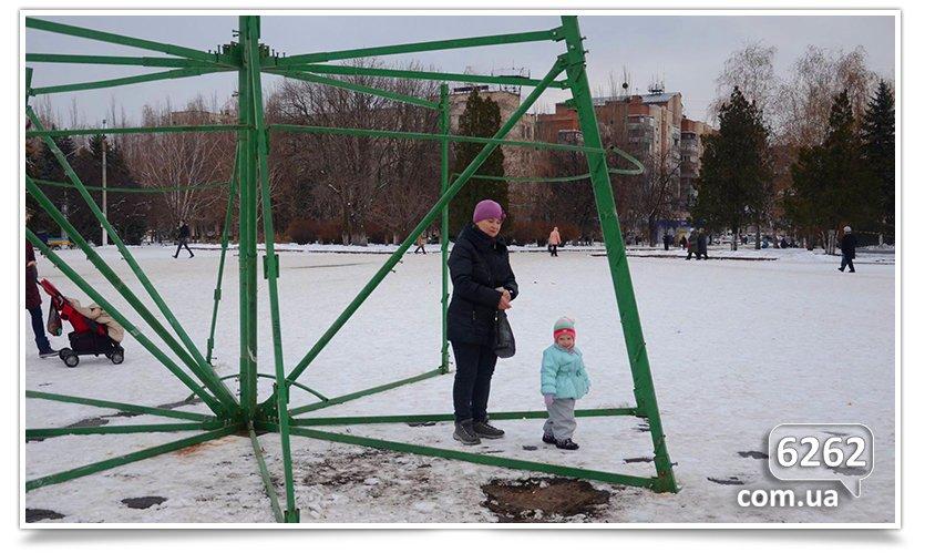 Славянск сегодня начал готовиться к Новому году. Начали устанавливать ёлку (фото) - фото 1