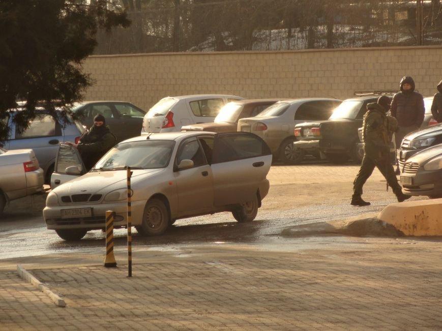 В администрацию порта Мариуполя вошли вооруженные люди (фото) - фото 2