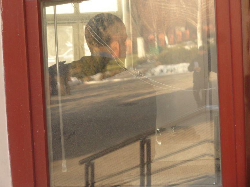 В администрацию порта Мариуполя вошли вооруженные люди (фото) - фото 1