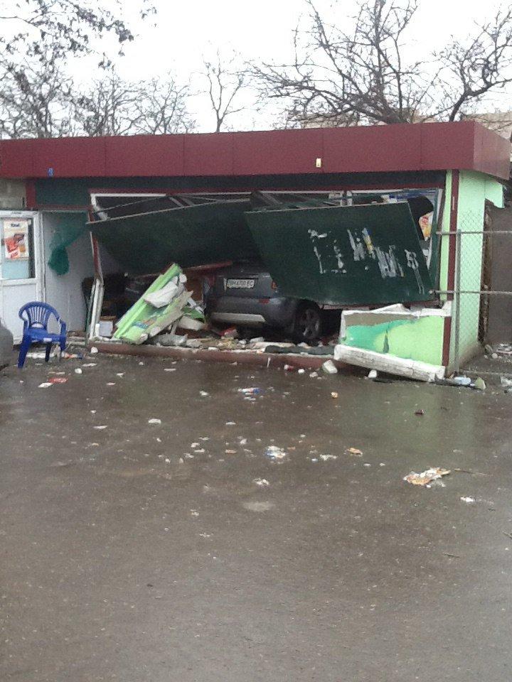 Под Одессой иномарка влетела в автобусную остановку (ФОТО) (фото) - фото 1