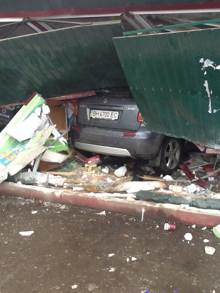 Под Одессой иномарка влетела в автобусную остановку (ФОТО) (фото) - фото 2