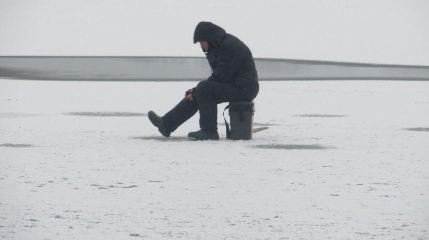 На Тернопільському ставі чоловіки рибалять, незважаючи на тонку кригу (фото) (фото) - фото 1