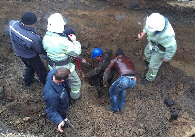 НА Николаевщине во время ремонта канализационного коллектора двое мужчин провалились под землю (ФОТО, ВИДЕО) (фото) - фото 1