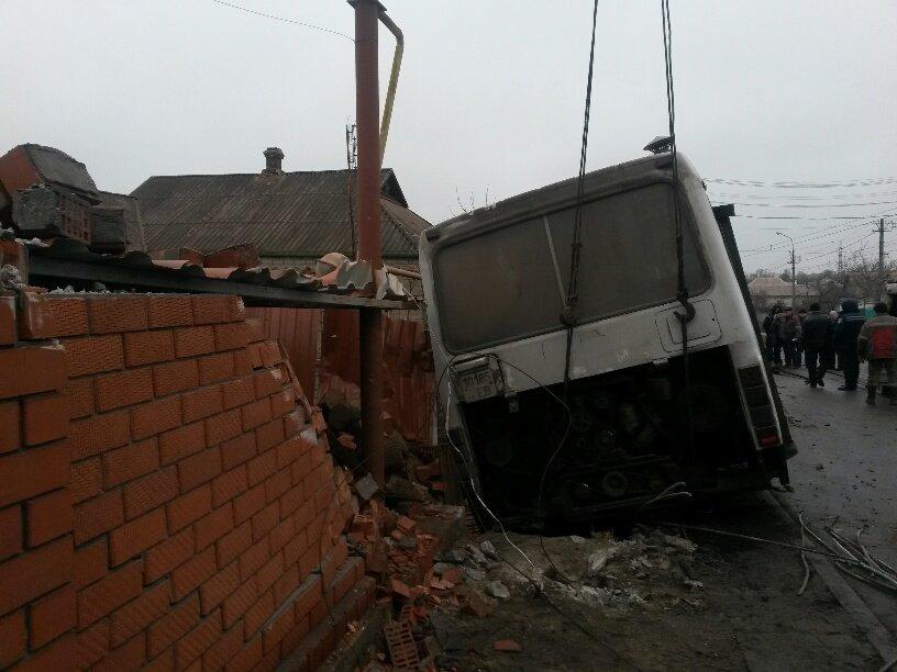 В Мариуполе ильичевский автобус врезался в забор (ФОТО+ДОПОЛНЕНО), фото-8