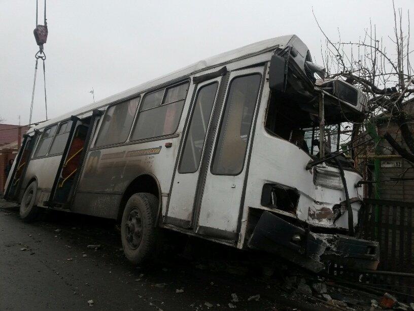 В Мариуполе ильичевский автобус врезался в забор (ФОТО+ДОПОЛНЕНО), фото-6