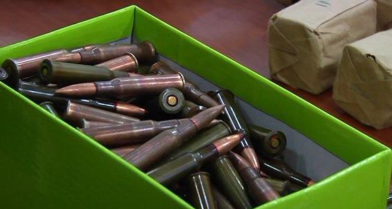На Днепропетровщине военнослужащий пытался продать гранаты и патроны (фото) - фото 1