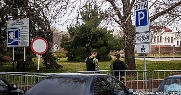 Центр Симферополя в оцеплении: крымским татарам не дают провести традиционные мероприятия ко Дню защиты прав человека (ФОТО) (фото) - фото 1