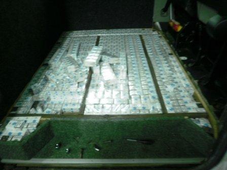 «Підприємливий» львів'янин намагався вивезти до Польщі 13,5 тис. пачок цигарок (ФОТО) (фото) - фото 1
