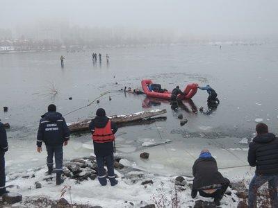 Столичные спасатели снова достали из воды любителей прогулок по льду (ФОТО, ВИДЕО) (фото) - фото 1