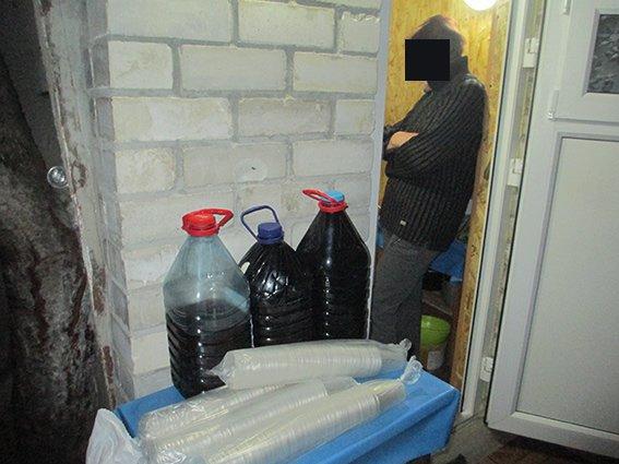 В Николаеве горе-торговка организовала в летней кухне самогонную «точку» (ФОТО) (фото) - фото 1