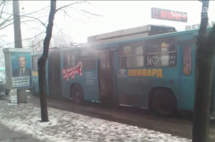 В Кривом Роге пикетировали прокуратуру, тушили троллейбус с пассажирами и отправляли в АТО шоколадный танк (фото) - фото 2