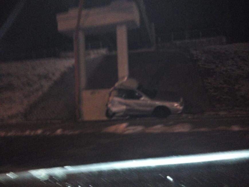 Фотофакт: на Румлево автомобиль врезался в опору моста (фото) - фото 1
