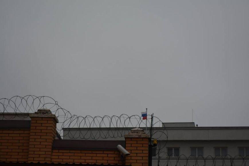 В Одессе Генконсульство РФ обнесли колючей проволокой (ФОТОФАКТ) (фото) - фото 1