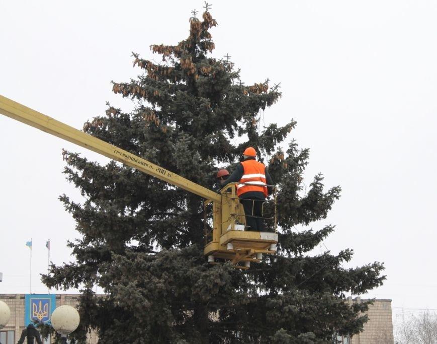Центральную площадь Артемовска украшают новогодней иллюминацией, фото-1