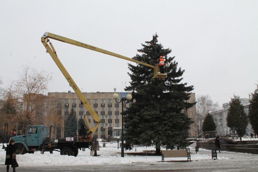 Центральную площадь Артемовска украшают новогодней иллюминацией, фото-2