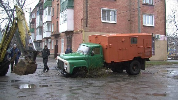 В Александрии грузовик водоканала провалился в яму (фото) - фото 1