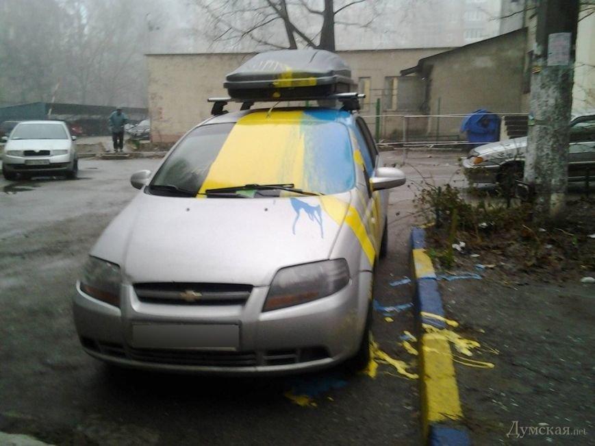 В Одессе облили краской машины, в которых были установлены украинские флажки (ФОТО) (фото) - фото 1